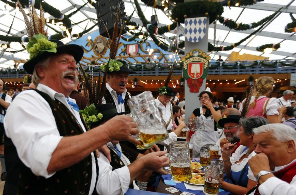 Revellers salute with beer after the opening of the 179th Oktoberfest in Munich September 22, 2012. Millions of beer drinkers from around the world will come to the Bavarian capital over the next two weeks for the 179th Oktoberfest, which starts today and runs until October 7, 2012. REUTERS/Michael Dalder(GERMANY - Tags: SOCIETY ENTERTAINMENT) ORG XMIT: MDA28